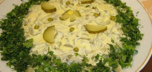 Простой салат с курицей солеными огурцами