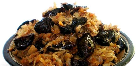 Тушеная капуста с черносливом рецепт с фото