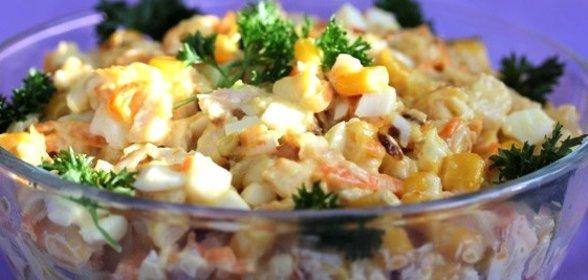 Салат с грибами копченой курицей и кукурузой