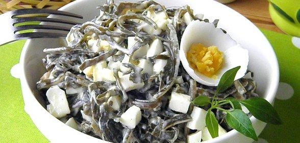 Салат с морской капустой и яйцом и крабовыми